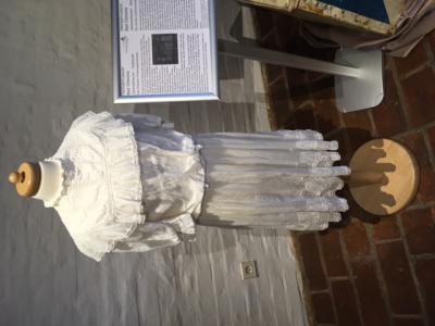 Kleid eines Mädchens beim Oldesloer Vogelschießen