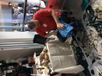 Andreas Ahne beim Bau eines Faustkeils