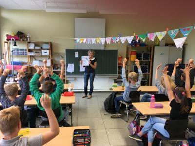 Frau Schulz vor ihrer Klasse