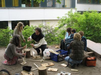 Diethelm Schark vom Förderverein Heimatmuseum Bad Oldesloe zeigte fachmännisch, wie man steinzeitliche Feuerbohrer baut