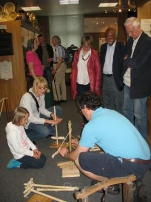 Pastor Diethelm Schark führte den Gästen aus England perfekt vor, wie man in der Steinzeit Feuer machte
