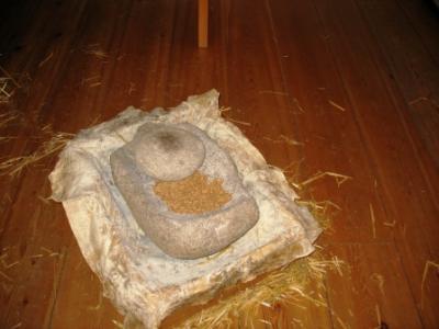 Kornmalen in Steinzeittechnik - hier im Selbstversuch